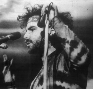Jerry Rubin - von unknown; photo staff listed as Bob Hsiang, Marc Ackerman, and Gary Friend [Public domain oder Public domain], via Wikimedia Commons http://commons.wikimedia.org/wiki/File%3AJerry_Rubin_(edit)_-_Spectrum_13Mar1970.jpg